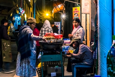Comida callejera en copacabana, es interesante prestar atención no solo a los tonos amarillo/azul con los que se trabaja la imagen, sinotambien a la cantidad de miradas presentes en la foto. cuando lo veas...